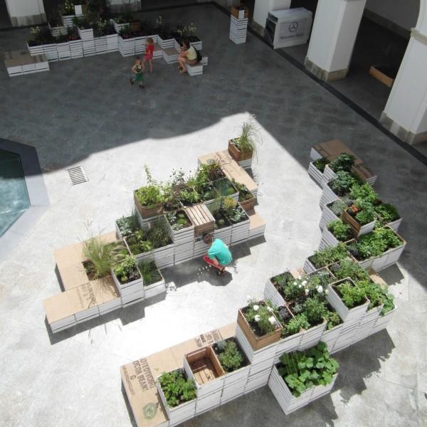 Recyklingowy ogród sensoryczny w Centrum Sztuki Współczesnej zbudowany na bazie drewnianych skrzynek po jabłkach zaprojektowany przez pracownię mech.build