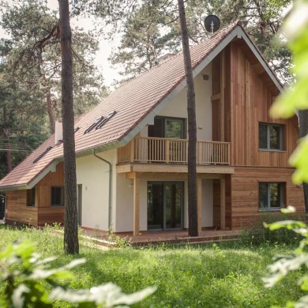 jednorodzinny dom z dachem dwuspadowym i użytkowym poddaszem